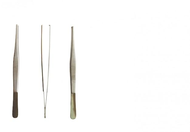 Outils de médecin, forceps sur blanc