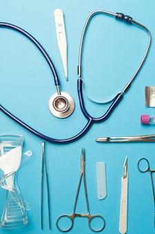 Outils de médecin sur une surface bleue. concept médical