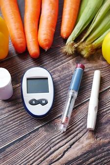 Outils de mesure du diabète et légumes frais sur table