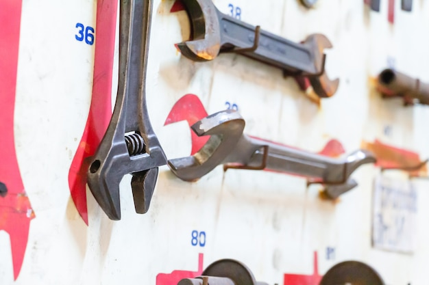 Outils de mise au point sélective du technicien sur une planche en bois blanche. matériel de réparation et de nombreux outils pratiques. kit d'outils de réparation.