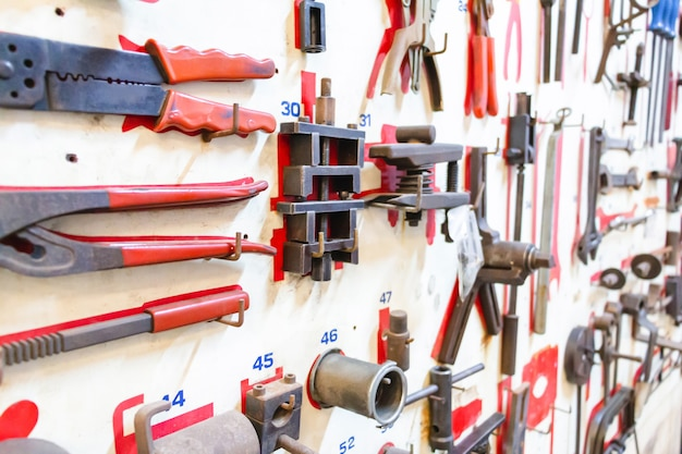 Outils de mise en page de mise au point sélective du technicien sur une planche en bois blanche