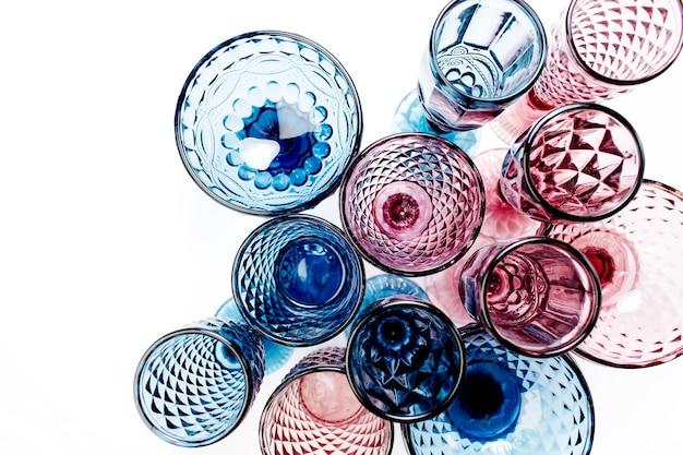 Outils de nettoyage zéro déchet et compostables. brosse à vaisselle en bois, pinces à linge, savon et sac de marché en filet. concept écologique.