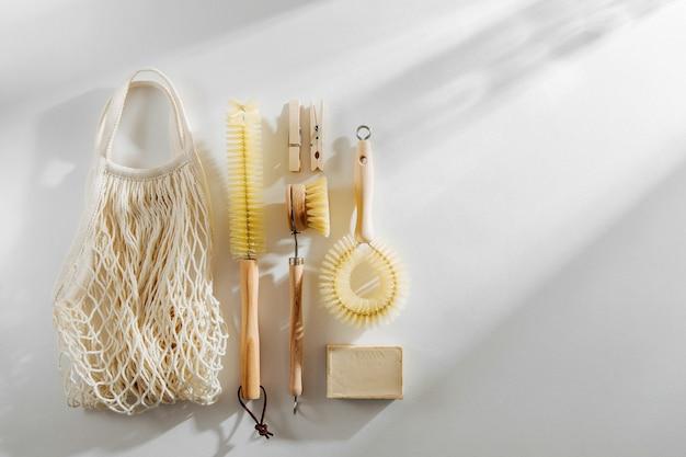 Outils de nettoyage zéro déchet et compostables. brosse à vaisselle en bois et pinces à linge.