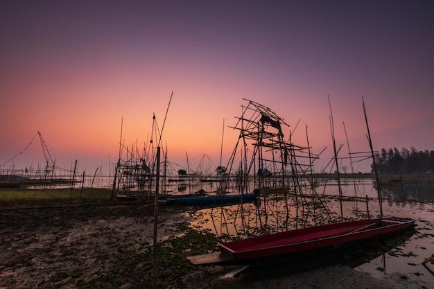 Outils de pêche du pêcheur au matin.