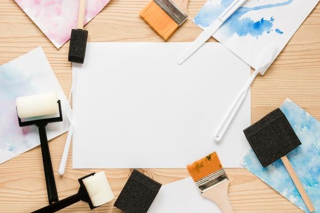 Outils de peinture sur le bureau