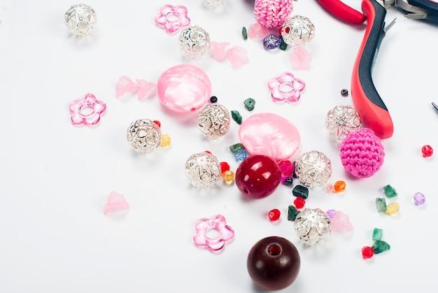 Outils avec perles et fils pour bricolage