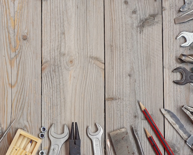 Outils sur un plancher en bois, vue de dessus.