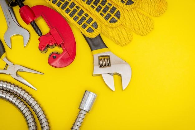 Outils de plomberie et gants pour connecter les tuyaux d'eau