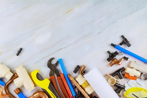 Outils de plomberie de travail différentes clés, tuyaux, tubes, raccords connecteurs