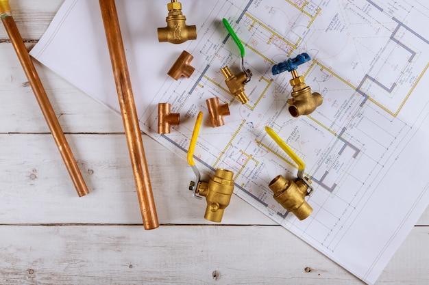 Outils de plomberie de travail différents tuyaux, tubes, raccords et connecteurs