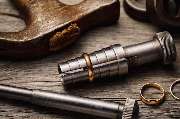 Outils pour étirer des anneaux en métal précieux