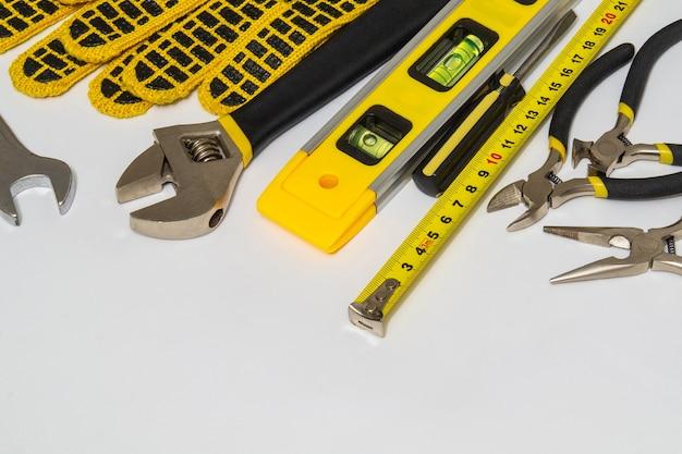 Outils pour maître constructeur sur fond gris