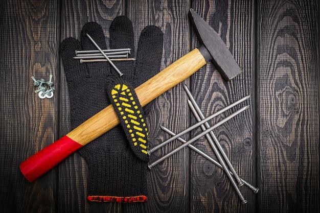 Outils pour la menuiserie et accessoires. ensemble pour le maître sur fond de bois noir.