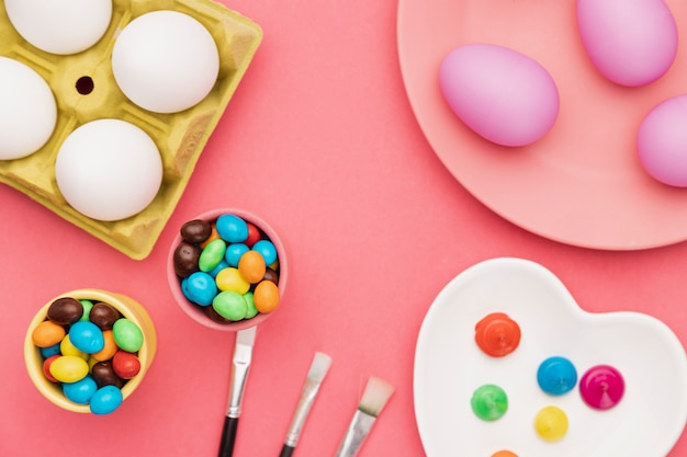 Outils pour peindre des œufs sur la table