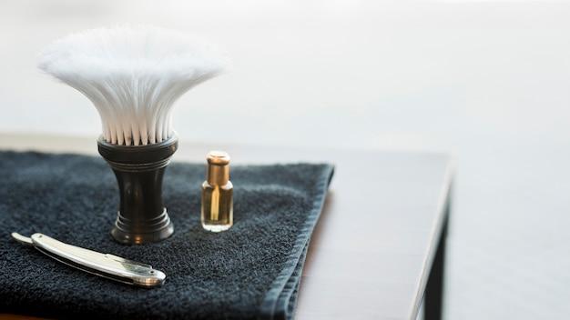 Outils pour raser la barbe sur le bureau