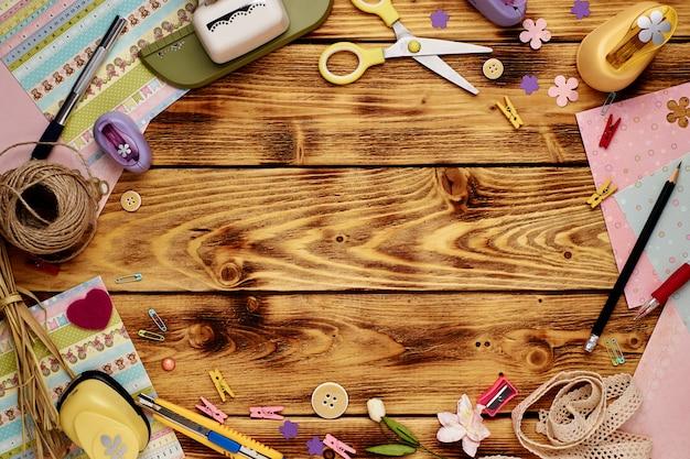 Outils pour scrapbooking sur bois, pose à plat
