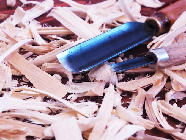 Outils pour la sculpture sur bois sur sciure de bois.