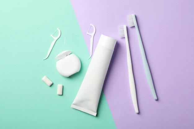 Outils pour soins dentaires sur une surface bicolore