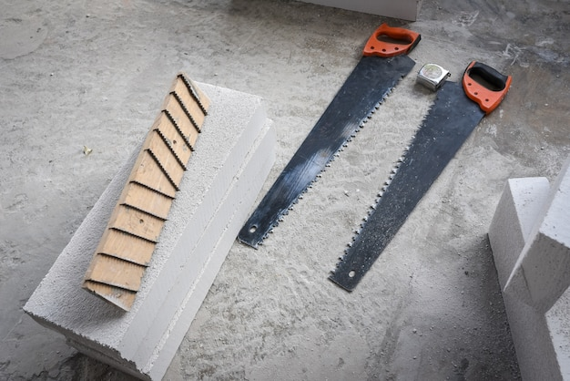 Outils pour système de briques légères avec scie et ruban à mesurer