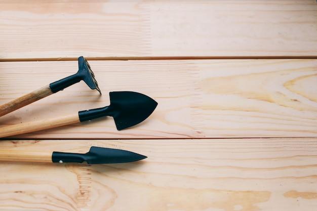 Outils pour travailler dans le jardin sur un fond en bois clair