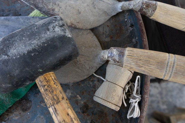 Outils pour travailler avec du ciment