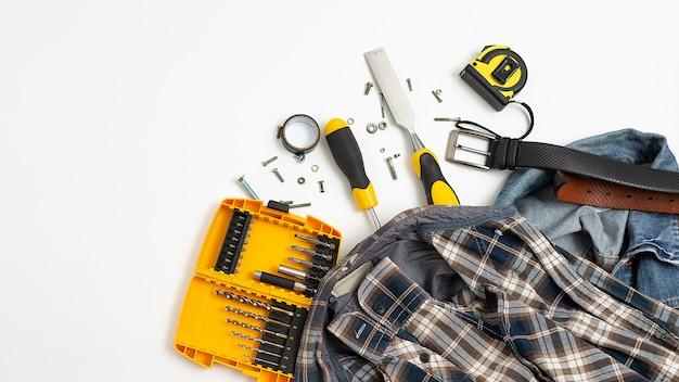 Outils près de chemise à carreaux, jeans, vue de dessus de ceinture en cuir. passe-temps pour hommes