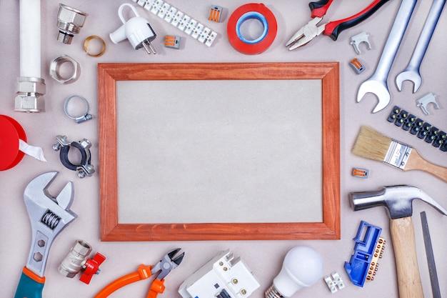 Outils de réparation à domicile sur la table avec espace de copie. maquette.