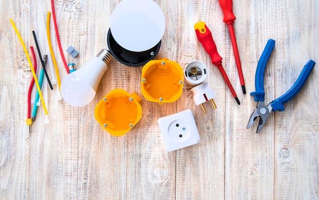 Outils de réparation électrique dans la maison. mise au point sélective. plan