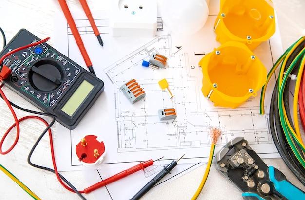 Outils de réparation électrique dans la maison. mise au point sélective.