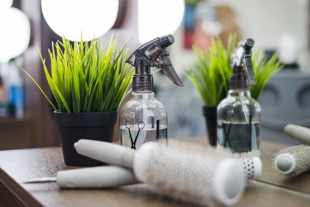 Outils de salon de coiffure avec plante