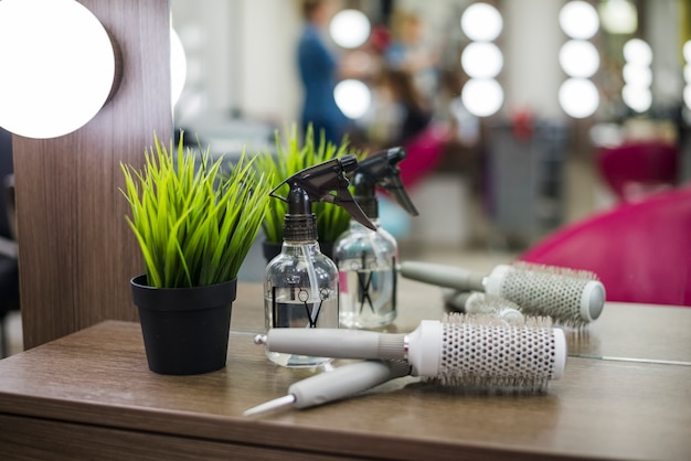 Outils de salon de coiffure sur table