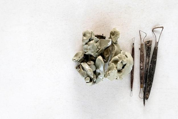 Outils de sculpture mis en arrière-plan. outils d'art et d'artisanat sur fond blanc.