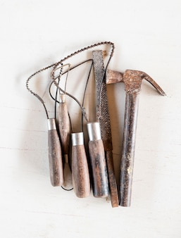 Outils de sculpture. outils d'art et d'artisanat sur fond blanc.