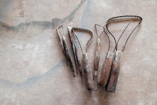 Outils de sculpture. outils d'art et d'artisanat sur fond de bois vintage. fermer.