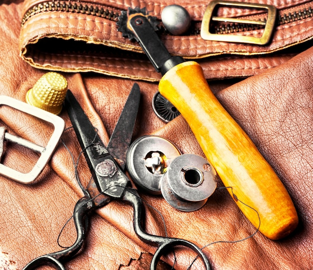 Outils de tanneur pour le travail du cuir