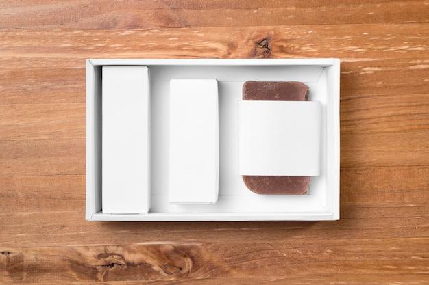 Outils de toilettage de salon de coiffure sur planche de bois