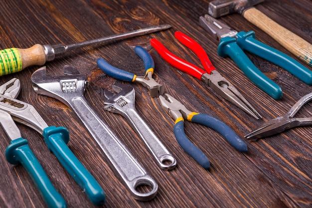 Outils de travail assortis sur bois