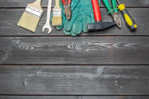 Outils de travail assortis sur table en bois