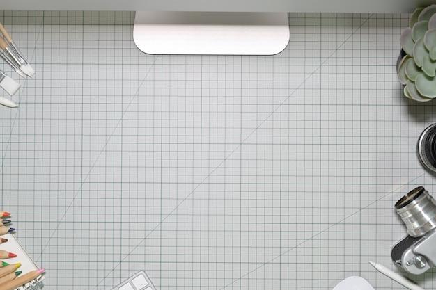 Outils de travail et de bricolage créatifs sur tapis de coupe. espace de travail et espace de copie