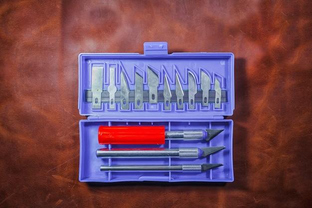 Outils de travail du cuir. ensemble d'outils de maroquinerie. un ensemble de couteaux tranchants pour la peau.