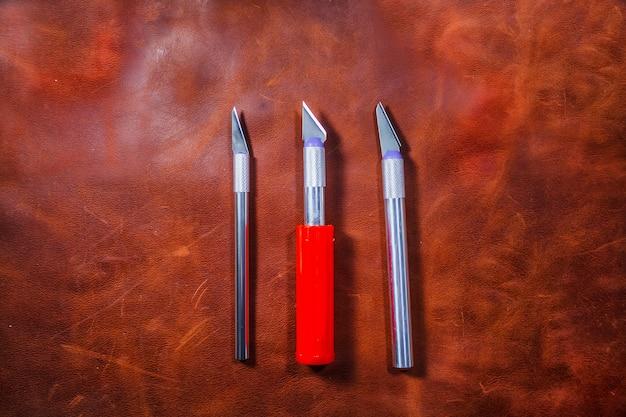 Outils de travail du cuir. ensemble d'outils de maroquinerie.