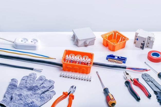Outils de travail et équipements électriques sur fond blanc