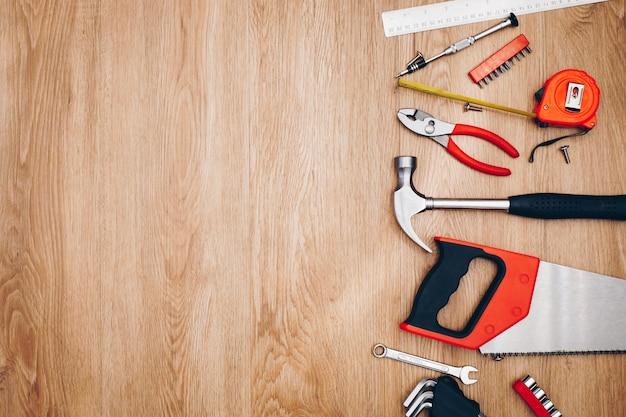 Outils de travail sur fond en bois. vue de dessus