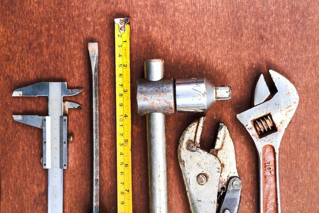 Outils de travail sur fond de table en bois. vue de dessus