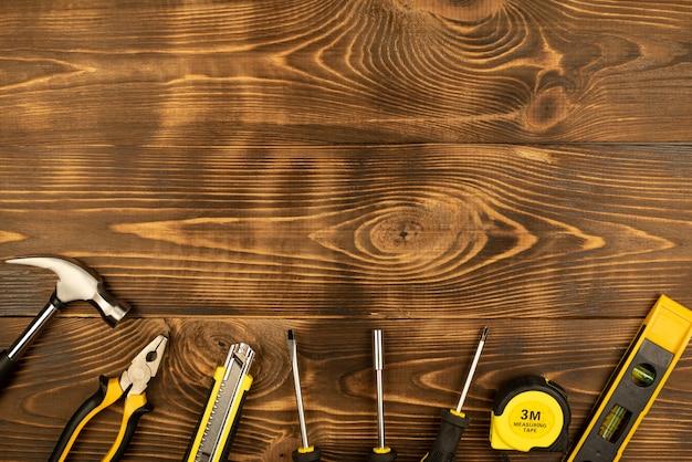 Les outils de travail sont situés sur une table en bois. placez votre texte.