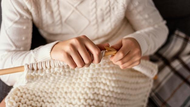 Outils de tricot se bouchent