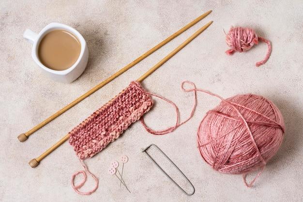 Outils à tricoter à plat avec du café