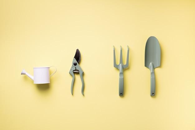Outils et ustensiles de jardinage. sécateur, râteau, pelle, arrosoir pour le maintien du jardin.