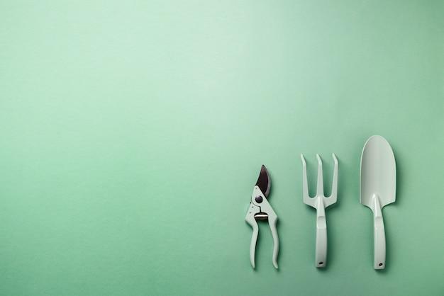 Outils et ustensiles de jardinage. sécateur, râteau, pelle pour le maintien du jardin. l'été. agriculture, concept d'aménagement paysager