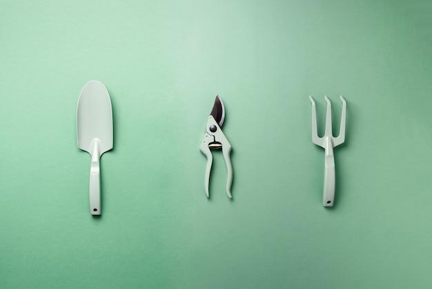 Outils et ustensiles de jardinage. sécateur, râteau, pelle pour le maintien du jardin. instruments pour passe-temps.